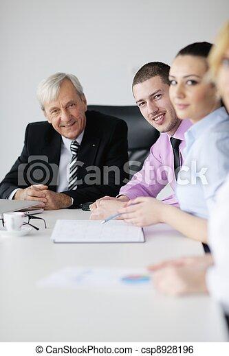 Gente de negocios en reunión - csp8928196