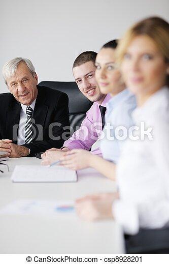 Gente de negocios en reunión - csp8928201
