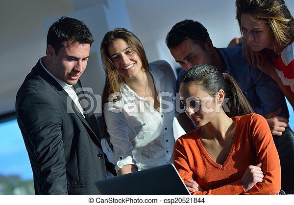 Gente de negocios en reunión - csp20521844