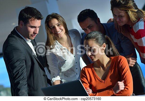 Gente de negocios en reunión - csp20573160