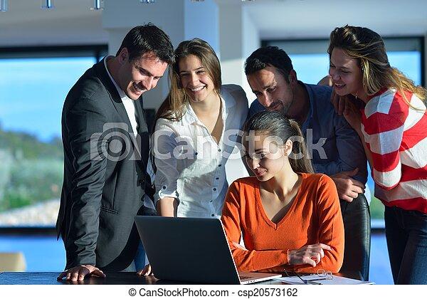 Gente de negocios en reunión - csp20573162