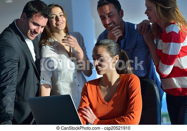 Gente de negocios en reunión - csp20521910
