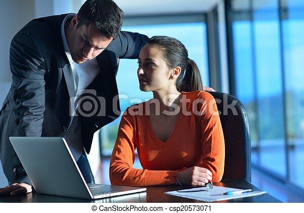 Gente de negocios en reunión - csp20573071