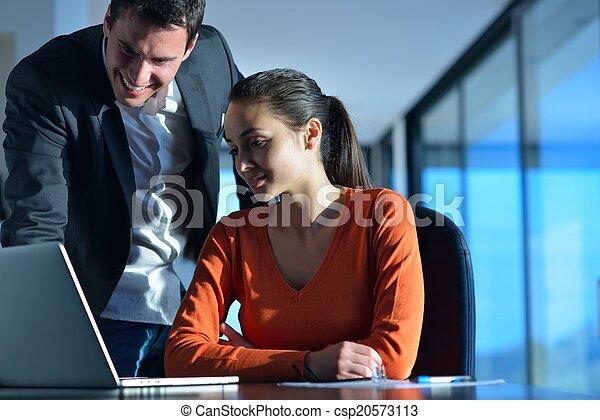 Gente de negocios en reunión - csp20573113