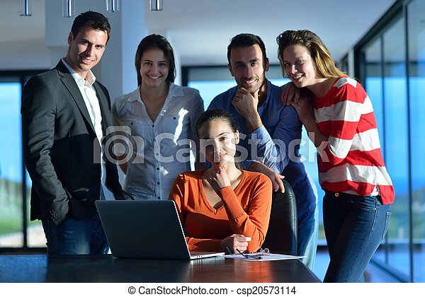 Gente de negocios en reunión - csp20573114