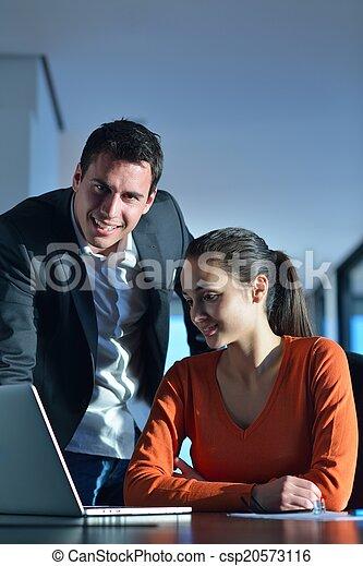 Gente de negocios en reunión - csp20573116