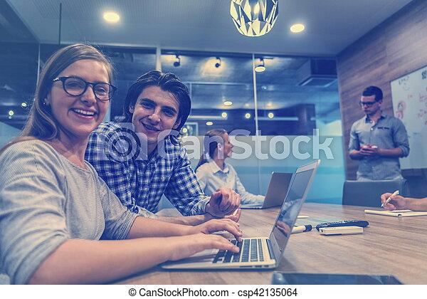 Iniciar equipo de negocios en la reunión - csp42135064