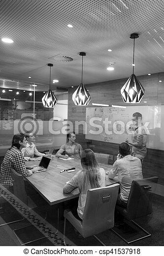 Iniciar equipo de negocios en la reunión - csp41537918