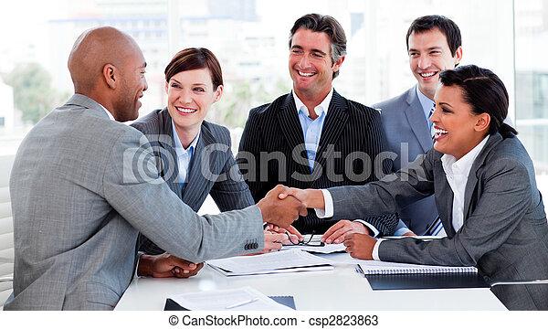 Los empresarios multiétnicos se saludan entre sí - csp2823863