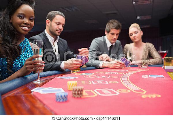 Gente sentada alrededor de la mesa de póker - csp11146211