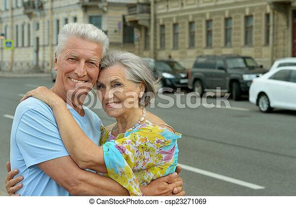 gepensioneerd, het glimlachen, paar - csp23271069