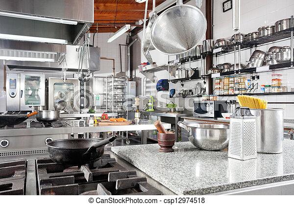 Utensilien auf dem Tisch in der kommerziellen Küche - csp12974518