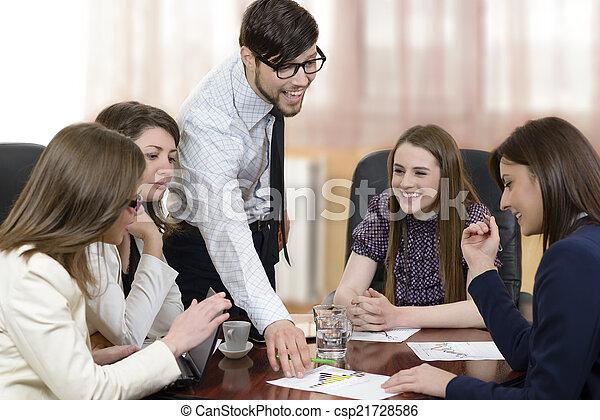 Geschäftsleute im Büro - csp21728586