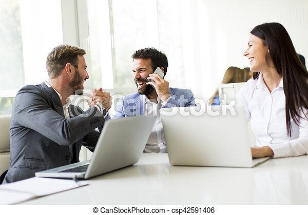 Geschäftsleute im Büro - csp42591406