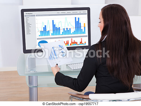 geschäftsfrau, analysieren, tabellen - csp19557717