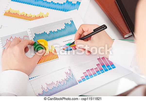 geschäftsmann, analysieren, tabellen, schaubilder - csp11511821