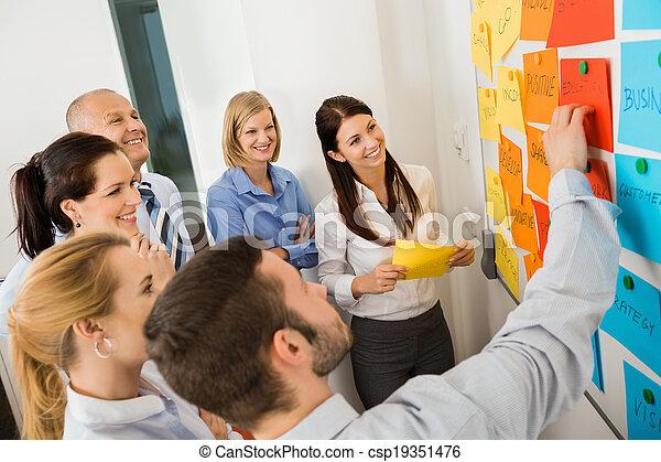 geschäftsmann, erklären, etiketten, whiteboard - csp19351476