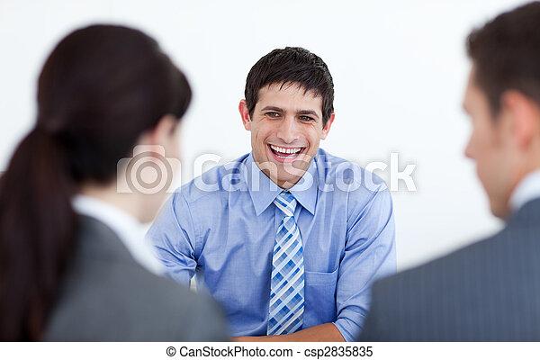 geschäftsmenschen, bewerbungsgespräch, lächeln, besprechen - csp2835835