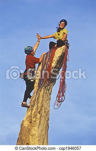 Das Team von Kletterern erreicht den Gipfel. - csp1946057