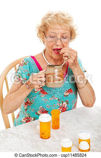 gesunde, ältere frau, medikation, nimmt - csp11485824