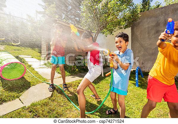gevär, mycket, pojke, strid, sprinkler, vatten, lycklig - csp74271524