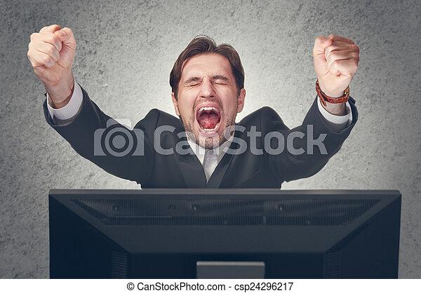 Emotionaler junger Busfahrer freut sich auf den Sieg am Computer - csp24296217