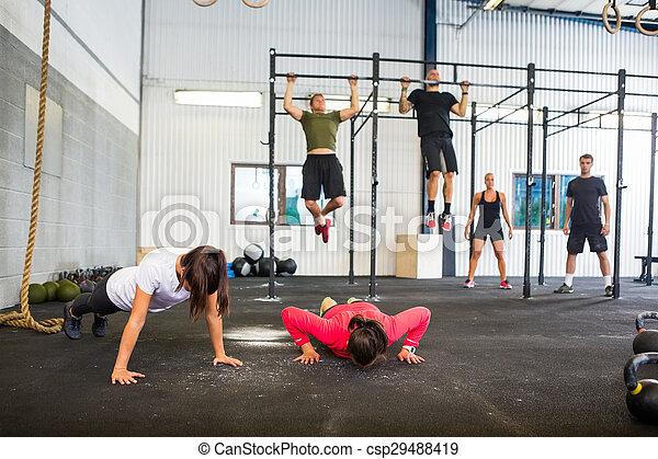 Atletas haciendo ejercicio en el gimnasio - csp29488419