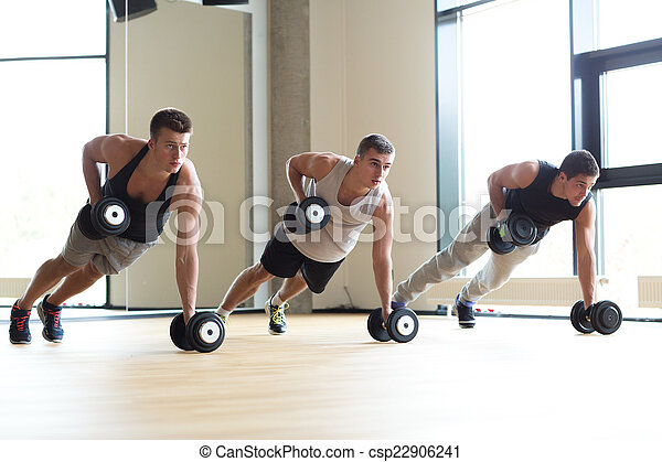 Un grupo de hombres con pesas en el gimnasio - csp22906241