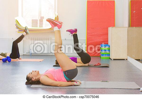 Tres chicas haciendo ejercicio en el gimnasio - csp70075046
