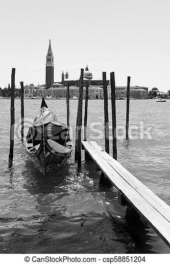 Moored gondola y san giorgio di maggiore Church en Venecia - csp58851204