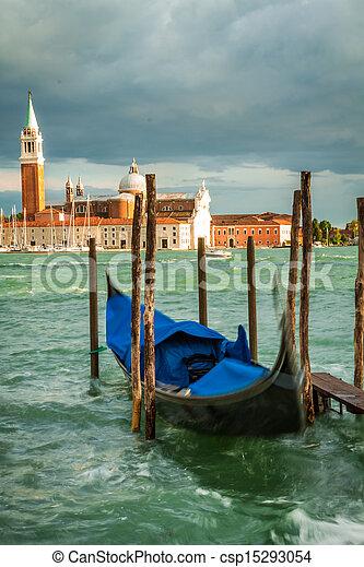 Gondola y la iglesia de San Giorgio Maggiore en Venecia - csp15293054
