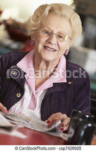 giornale, donna senior, lettura - csp7428928