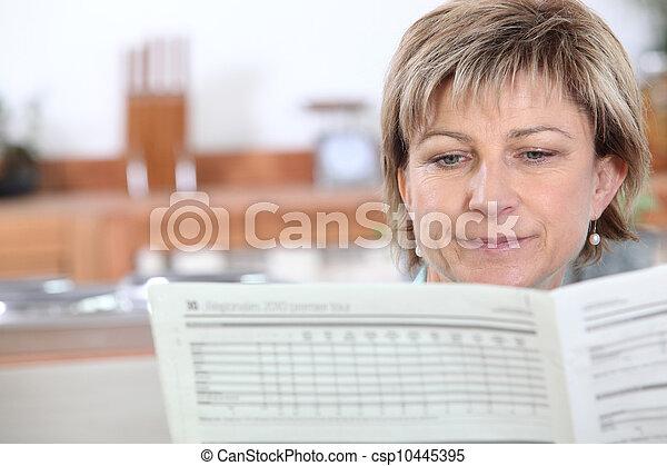 giornale, lettura donna - csp10445395