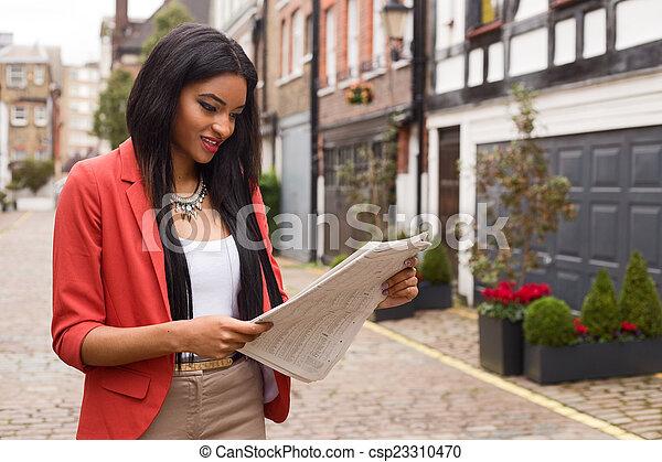 giornale, lettura donna - csp23310470