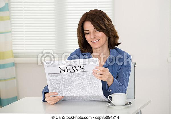 giornale, lettura donna - csp35094214
