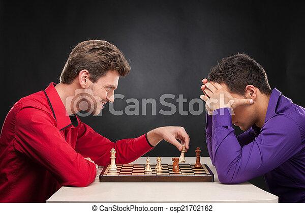 giovane, fondo., spostamento, scacchi, nero, sorridente, pezzo, amici, gioco, uomo - csp21702162