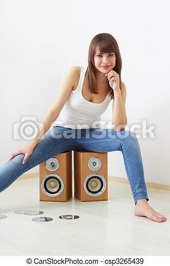 Girl and two acoustic dynamics - csp3265439
