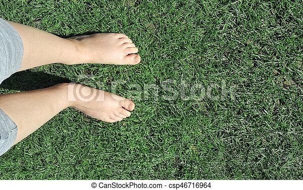 girl, herbe, pieds nue, pelouse - csp46716964
