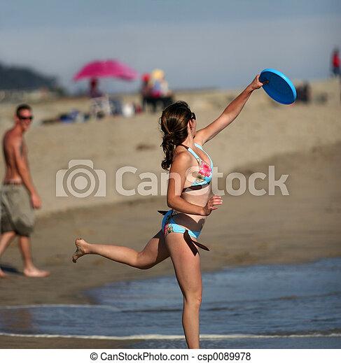 Girl playing frisbee - csp0089978