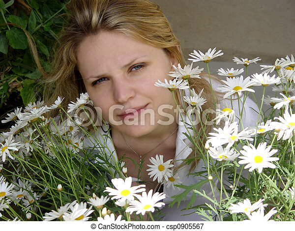 Girl with daisies - csp0905567