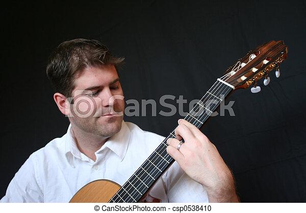 Ein Mann, der Gitarre spielt - csp0538410