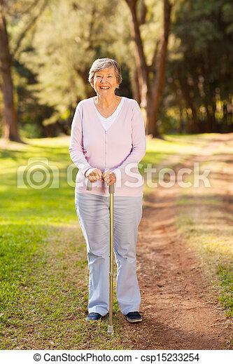 Glückliche ältere Frau draußen - csp15233254