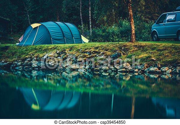 Acampando en el lago glaciar - csp39454850