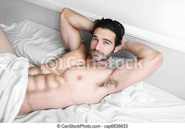 glimlachen, model, mannelijke , bed, sexy - csp6836633
