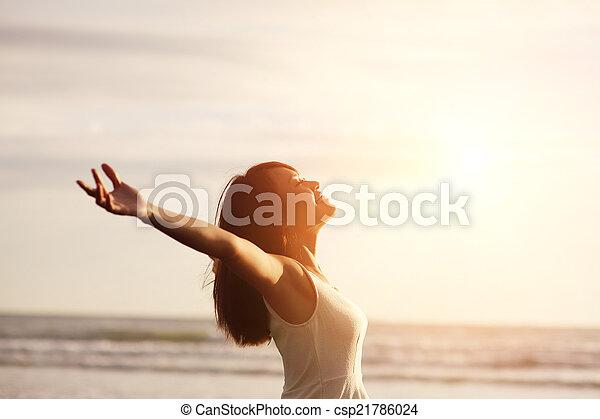 glimlachen, vrouw, kosteloos, vrolijke  - csp21786024