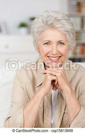 glimlachende vrouw, senior, vrolijke  - csp15613649