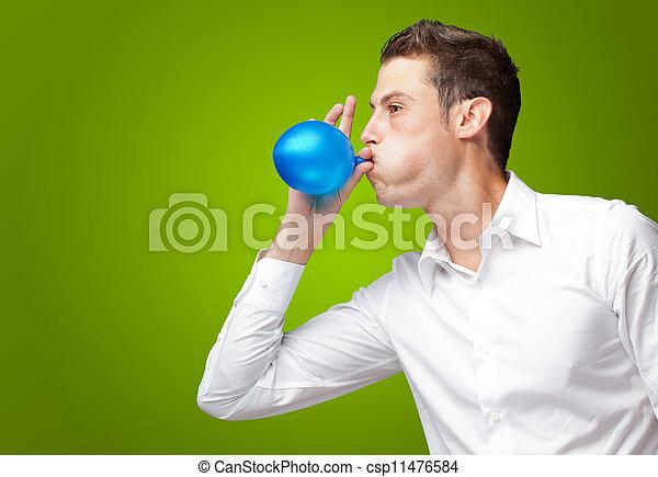 Retrato de joven soplando un globo - csp11476584