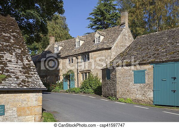 Pueblo Cotswold de Snowshill, Gloucestershire, Inglaterra - csp41597747