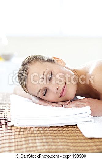 glowing, mentindo, tabela, massagem, mulher, jovem - csp4138309