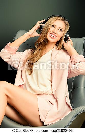godere, musica - csp23820495